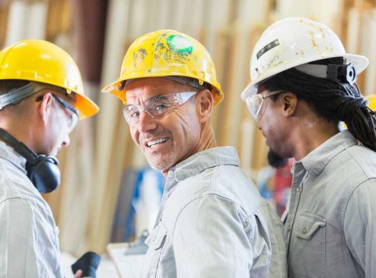 3 mannen met helm aan het werk