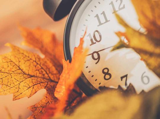 Wekker en herfstbladeren